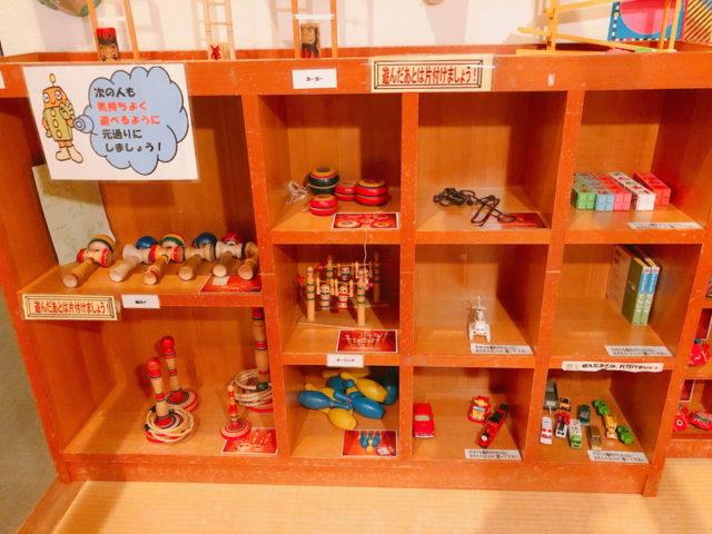 実体験コーナーのおもちゃ棚1