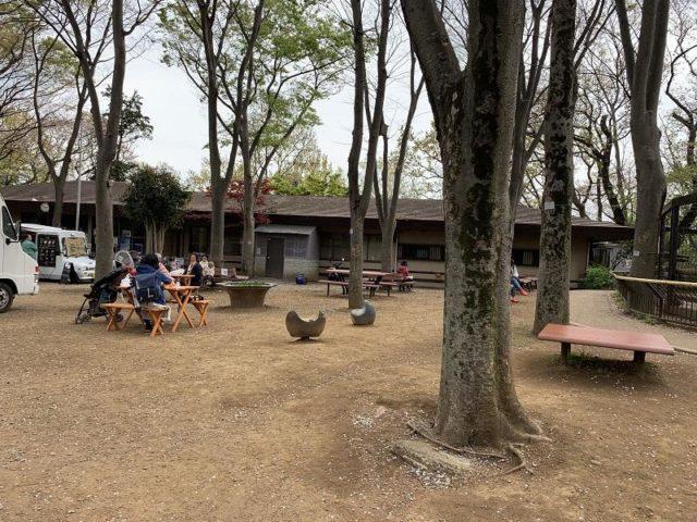 夢見ヶ崎動物公園のテーブルとイスがある場所